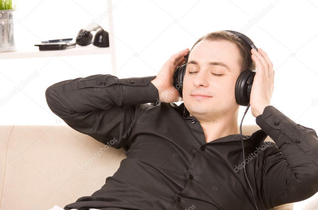 картинка слушаю музыку и представляю себя лежит мужик с румянцем различаются только