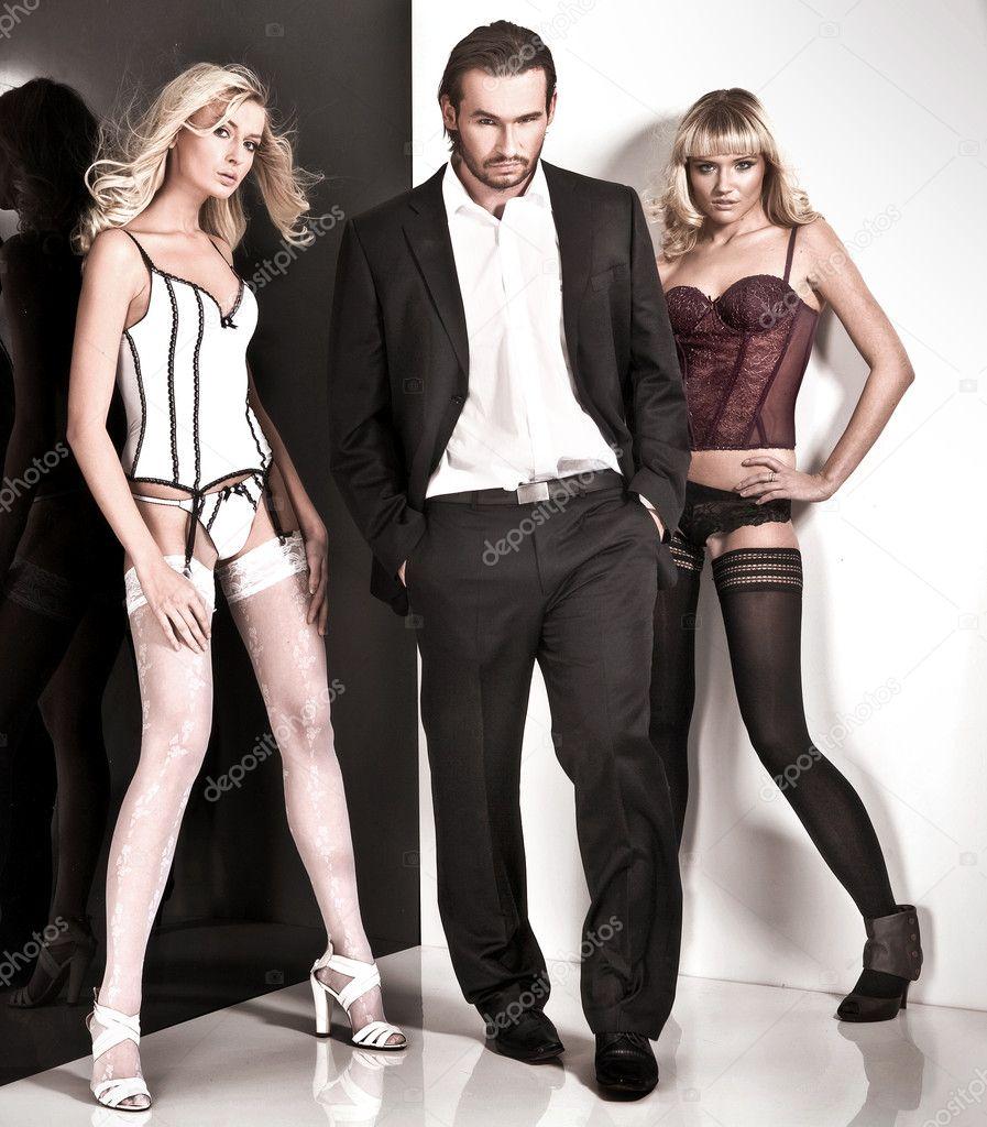 Studio style glamour shot d\u0027un homme et deux femmes \u2014 Image de konradbak