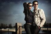 Fotografia coppia giovane attraente indossando occhiali da sole
