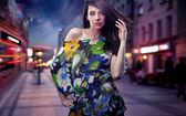 Fényképek aranyos brunette pózol a város utca