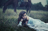 umělecká fotografie mladá kráska na trávě
