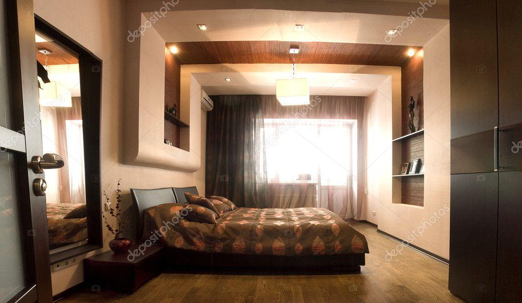 camera da letto con il letto matrimoniale grande con letto bianco ...