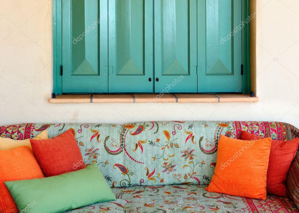 Divano nel portico di una casa isola greca foto stock for Piani di una casa colonica avvolgono il portico