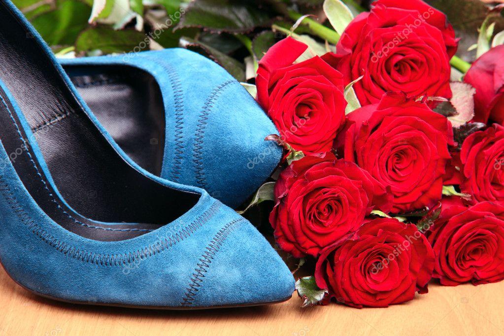 Primer Plano De Un Par De Zapatos Femeninos De Azules Y Rosas Rojas