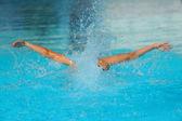 Schwimmer Antrieb durch das Wasser eines Pools