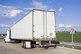 Zaparkovaných návěsu kamionu