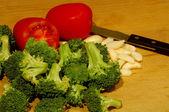 česnekem brokolicí a rajčaty