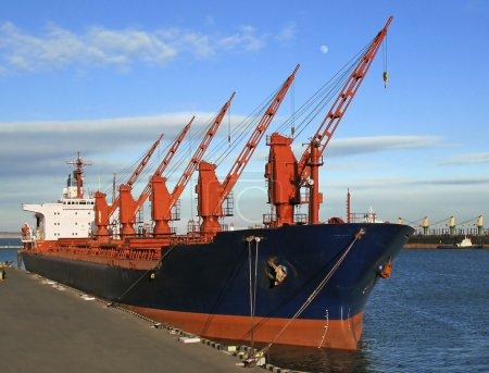 Photo pour Navire de charge amarré au port - image libre de droit