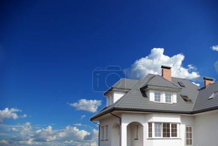 Photo pour Nouvelle maison de rêve sur le ciel - image libre de droit