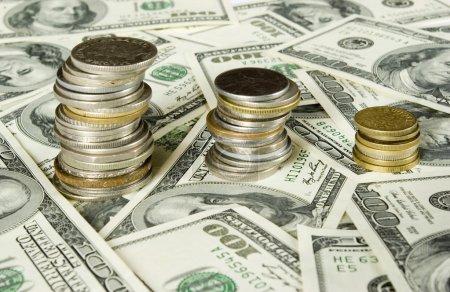 Foto de Monedas aisladas sobre fondo de dólares - Imagen libre de derechos