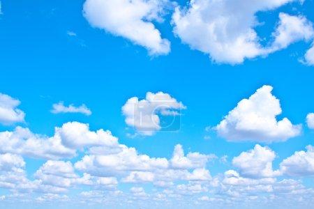 Photo pour Nuages duveteux blancs dans le ciel bleu - image libre de droit