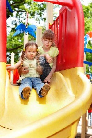 Photo pour Petite fille sur toboggan en plein air dans le parc . - image libre de droit