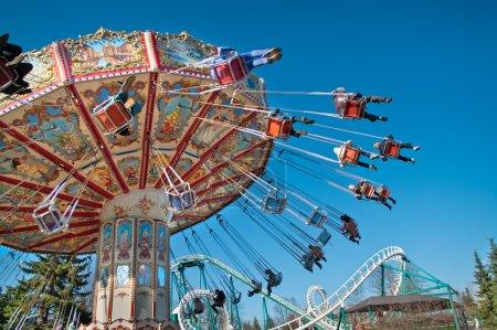 Photo d'action du carrousel sur ciel bleu