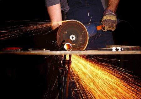 Photo pour Détail de l'industrie, meuleuse électrique métal coupé - image libre de droit