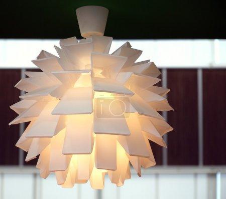 Foto de Una lámpara moderna hecha de múltiples difusores plásticos - Imagen libre de derechos