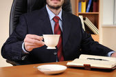 Mladý obchodní muž pracuje v kanceláři