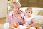 Babička krmení vnučku doma