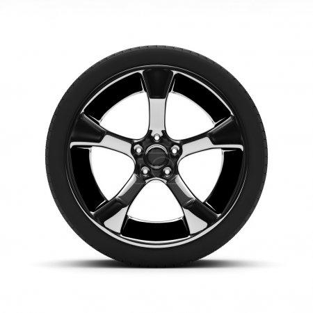 Photo pour Roue chromée avec pneus isolés sur fond blanc - image libre de droit