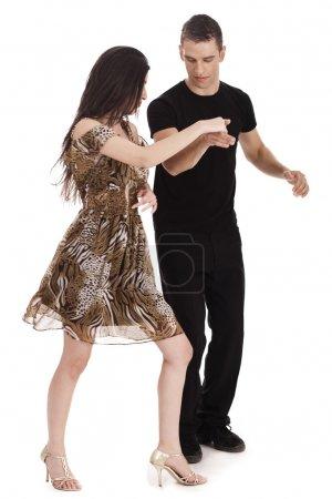 Photo pour Couple dansant tous ensemble dans un fond blanc - image libre de droit