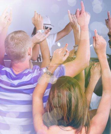 Photo pour Groupe de jeunes amis danser dans un club de nuit - image libre de droit
