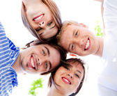 souriant de jeunes couples avec ciel clair en arrière-plan
