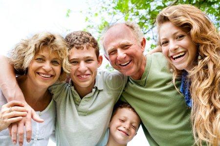 Photo pour Grands-parents s'amuser avec les petits-enfants et la jeune génération comme ils se ressemblent tous dans appareil photo - image libre de droit