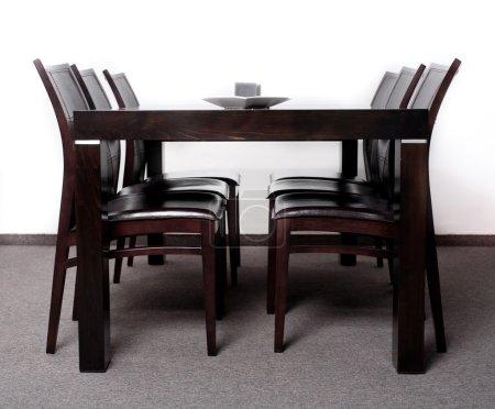 Photo pour Table à manger moderne en bois avec six chaises - image libre de droit