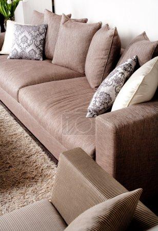 Photo pour Canapé contemporain dans un cadre moderne avec beaucoup d'oreillers - image libre de droit
