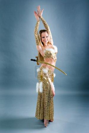 Photo pour Danseuse d'Egypte avec une épée isolée sur fond blanc - image libre de droit