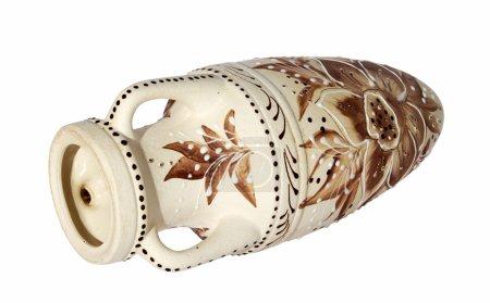 Foto de Jarrón de barro decorativas beige tirado de costado en el fondo blanco - Imagen libre de derechos