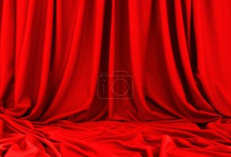 Photo pour Matériel de soie rouge avec des plis - image libre de droit