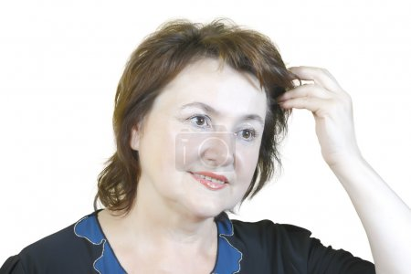 Photo pour Femme âgée redresse ses cheveux isolé sur fond blanc - image libre de droit