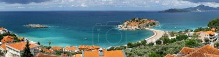Foto de Vista panorámica de la isla de Sveti Stefan (St. Stefan) en el mar Adriático, Montenegro - Imagen libre de derechos