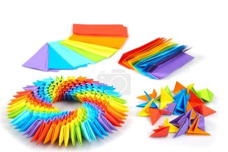 Foto de Colorfull origami 3d unidades, como un círculo arco iris aislado en blanco con sombra. de las hojas de los módulos de fabricación de papel, que se unió a. - Imagen libre de derechos