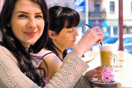 deux filles boire cappuccino