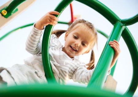 Foto de Four-year-old girl concentrándose en su ábaco - Imagen libre de derechos