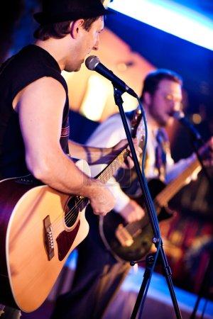Photo pour Musicien joue de la guitare lors d'un concert - image libre de droit