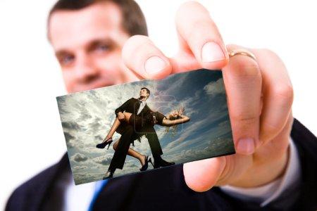 Photo pour Une photo d'un homme d'affaires tenant une carte de visite vierge. Portrait jeune beau couple - image libre de droit