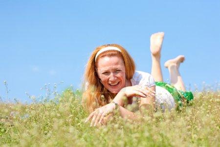 Photo pour Jeune femme s'amuser - image libre de droit