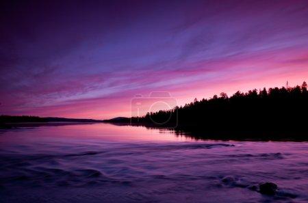 Photo pour Nature vierge du Nord russe, magnifique coucher de soleil sur le lac. Carélie du Nord - image libre de droit