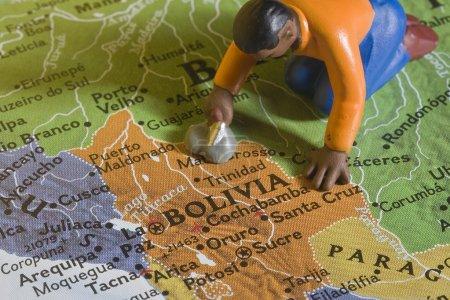 Photo pour Figure d'une personne sur la carte de La Bolivie . - image libre de droit