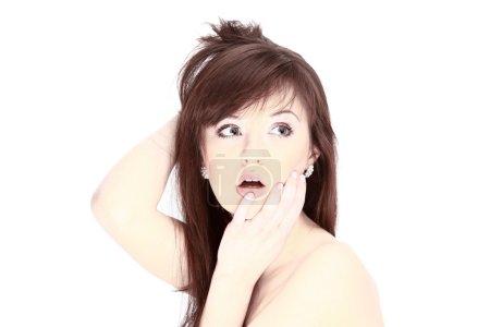 Foto de Retrato de mujer hermosa aplicar lápiz labial con pincel corrector - Imagen libre de derechos