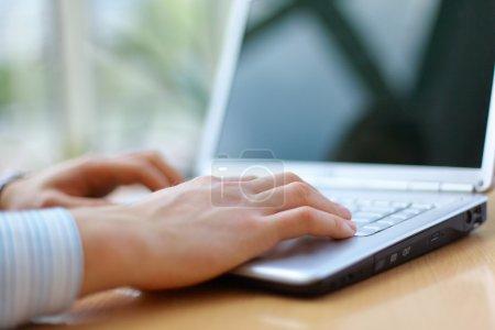 Photo pour Homme d'affaires travaille sur un ordinateur portable brillant - image libre de droit