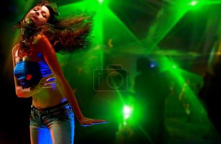 Photo pour Belle jeune femme dansant dans la boîte de nuit - image libre de droit