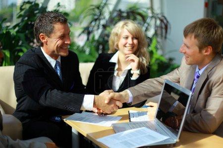 Photo pour Entreprise se serrant la main, pour terminer une réunion - image libre de droit