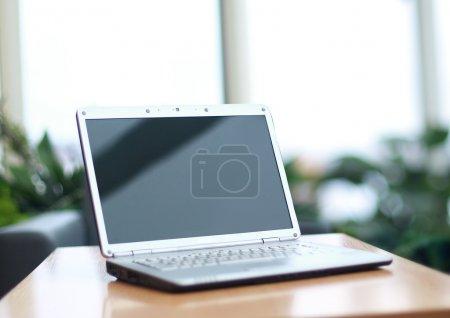 Photo pour Mince ordinateur portable sur le Bureau - image libre de droit