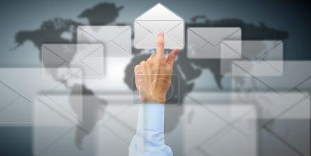 Appuyez sur le bouton bras dans l'icône de l'enveloppe sur l'écran tactile