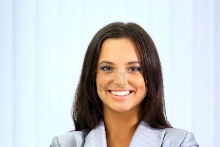 Photo pour Portrait de femme d'affaires au bureau - image libre de droit