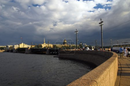 Photo pour Vue depuis l'île Vassilievski, la rivière neva, Saint-Pétersbourg - image libre de droit