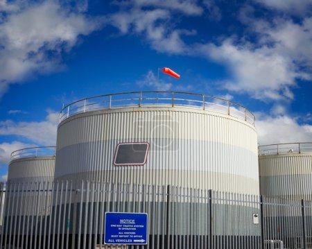 Photo pour Réservoirs de carburant dans la zone industrielle et ciel bleu avec nuages - image libre de droit